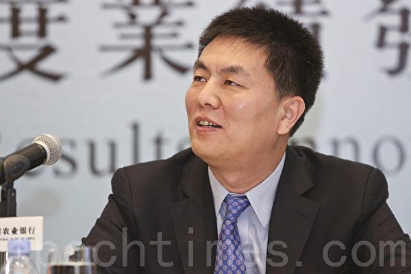 农行副行长李振江笑对马云封杀论:不存在封杀,又说网络支付的确带来安全问题。(余钢/大纪元)