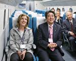 日本首相安倍晋三13日带着美国驻日大使卡洛琳.甘迺 迪(Caroline Kennedy)体验日本超快速磁浮列车。(共同社提供)