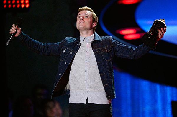 2014年4月13日,MTV电影奖颁奖典礼,《饥饿游戏2:星火燎原》最佳男演员乔什•哈切森在领奖。(Kevork Djansezian/Getty Images for MTV)