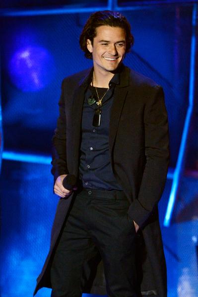 2014年4月13日,MTV电影奖颁奖典礼,凭《霍比特人:史矛革之战》获最佳打戏奖的奥兰多•布鲁姆上台领奖。(Kevork Djansezian/Getty Images for MTV)
