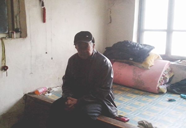 姜连英的老伴孤苦伶仃一人坐在家中。(图片来源:明慧网)