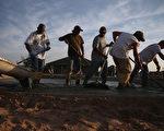 儘管美國經濟逐漸復甦,但許多新增的就業機會卻是兼職和「合同」工。圖為俄克拉荷馬州建築工人。(Joe Raedle/Getty Images)