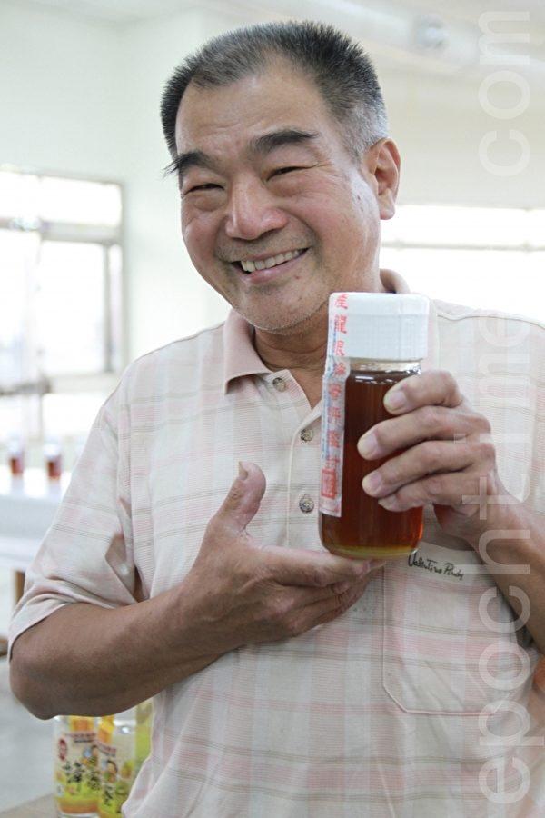 劉旭明開心展示獲獎蜂蜜。(許享富 /大紀元)