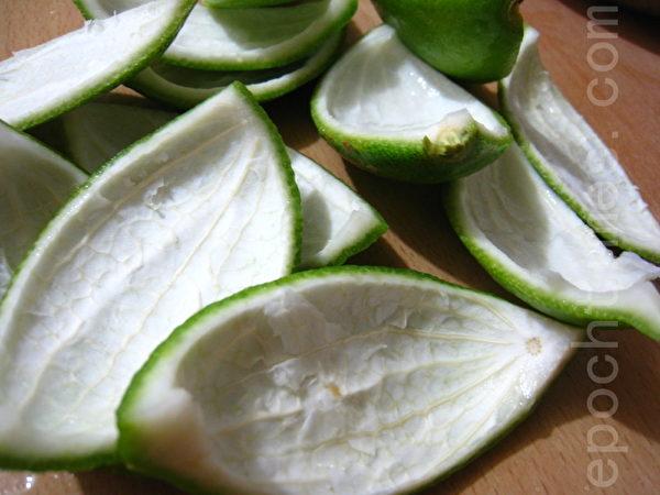 剥下来的柠檬皮可放置冰箱除臭(摄影:杨美琴/大纪元)