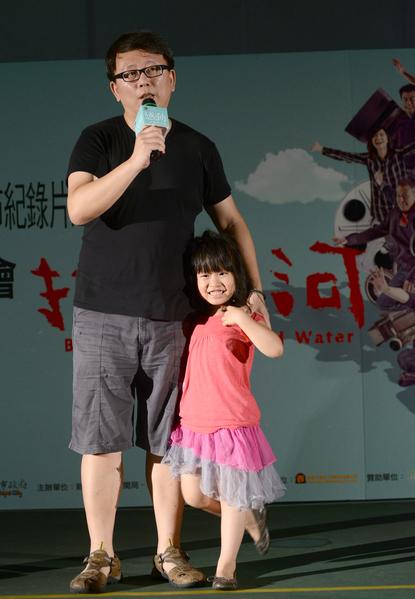 女兒楊乃糖從頭至尾都黏緊著楊力州不放,在舞台上緊偎著爸爸,一刻都不能鬆開。(牽猴子提供)