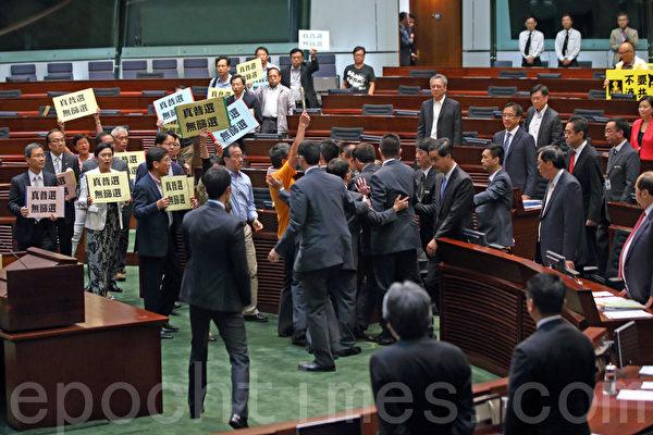 香港超過51萬的市民7月1日上街遊行,抗議中共打壓民主和要求特首梁振英下台;梁振英一直回避市民的訴求。他7月3日出席立法會特首答問大會時,被泛民主議員群起離場抗議。(潘在殊/大紀元)