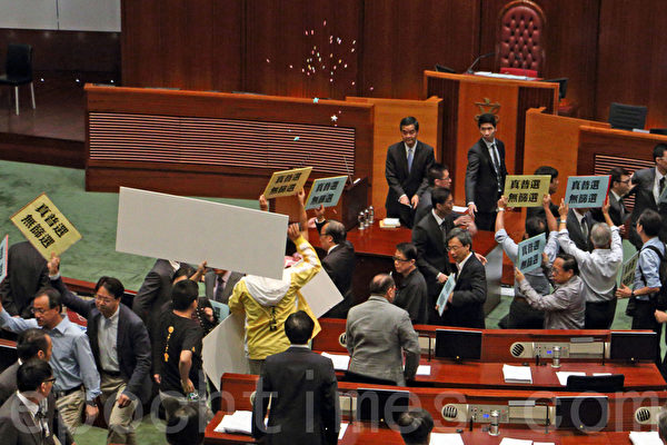 香港超過51萬的市民7月1日上街遊行,抗議中共打壓民主和要求特首梁振英下台;梁振英一直回避市民的訴求。他7月3日出席立法會特首答問大會時,被泛民主議員群起離場抗議。(蔡雯文/大紀元)