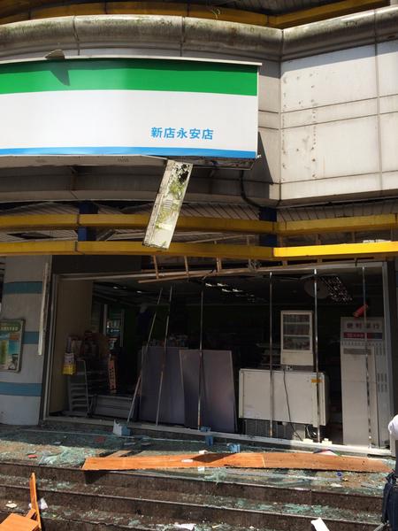 新北市新店區安康路二段15日發生氣爆事件,氣爆現場 樓下的超商,玻璃碎裂,一片狼籍。 (消防局提供)