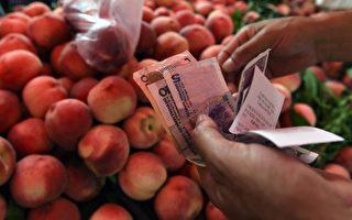 陸媒報導,今年下半年居民消費價格指數(CPI)進入上漲區間,增加了通貨膨脹的壓力,也使中國的貨幣政策處於鬆緊兩難的窘境。圖為,2014年7月9日,北京一水果攤位。(GREG BAKER/AFP/Getty Images)