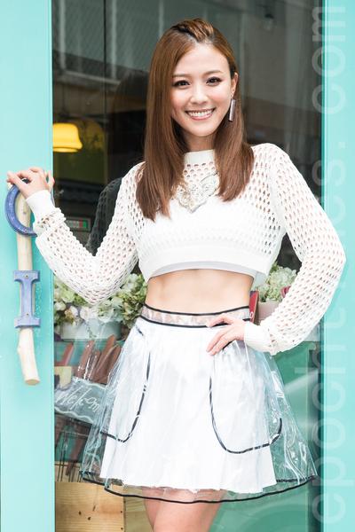 艺人卓文萱9月25日于台北发行最新专辑《灼乐感》,迷上健身的她,半年来练就23.5吋纤腰。(陈柏州/大纪元)