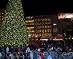 去年舊金山梅西百貨聖誕樹點亮,吸引數千人到場。(曹景哲/大紀元)