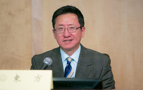 《新唐人電視台》經濟節目主持人東方在研討會上表示,25年前他在北京念大學,64事件發生時就在天安門廣場旁,他親眼目睹「六‧四」殺人從而對中共絕望。(李莎/大紀元)