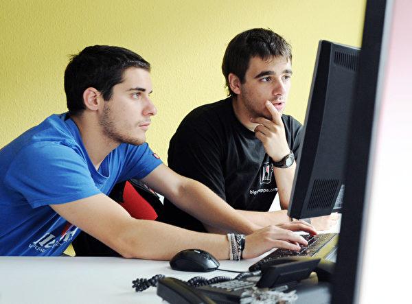 美国劳工部(U.S. Department of Labor)的调查显示,在2022年之前将会有14万个全新软件开发工程师的职位释出。(ULI DECK/AFP/GettyImages)