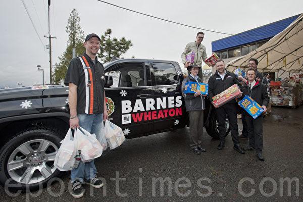 汽車經銷集團 Barnes Wheaton的員工為在聖誕節之際能夠回饋當地社區而感到自豪。(攝影:大宇/大紀元)