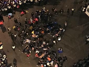 2014年12月31日11点40分到11点50分左右,上海外滩陈毅广场通往外滩观景平台的斜坡上发生踩踏事故,官方称至少造成35人死亡。(Gettyimages)