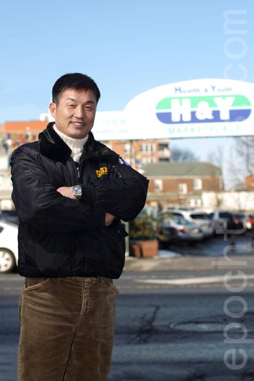 汉阳超市经理金永贤先生祝愿大家羊年更健康、更年青。(张学慧/大纪元)