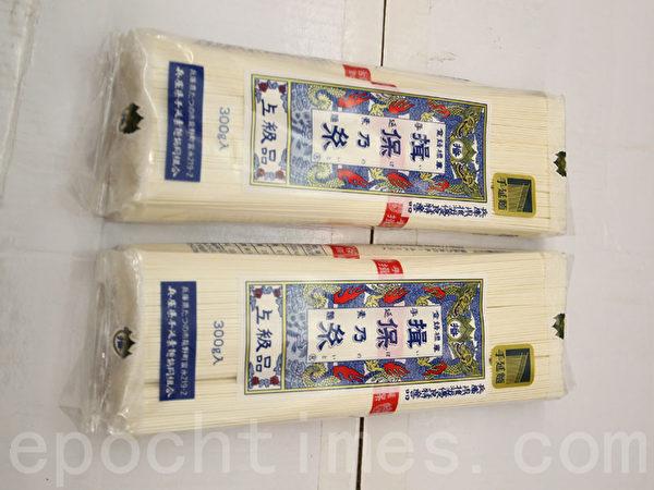 汉阳超市独家出售的手延面。(张学慧/大纪元)
