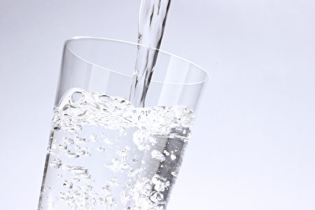 人体缺水时,血液浓度变稠,使得心脏难以顺畅运作,此时,需耗费更多的能量来输送血液到全身,因而引起疲惫感。研究显示,体内只是轻微地脱水,会让元气大伤。(Fotolia)