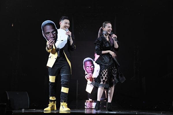 潘瑋柏和Jolin合唱《大藝術家》。(環球音樂提供)