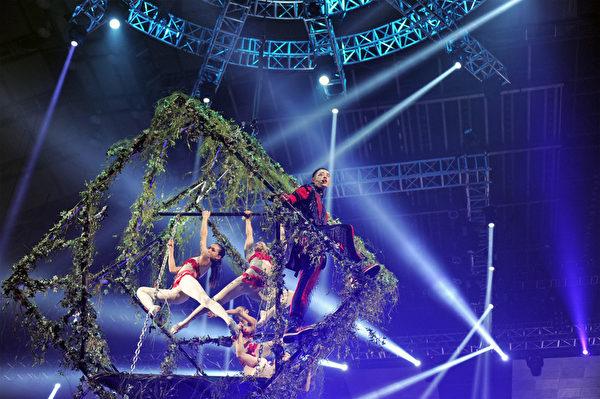 潘瑋柏和3名扮成夏娃的女舞者和1名男舞者,進入伊甸園旋轉方塊中高空演唱《伊甸園》。(環球音樂提供)