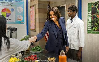 2015年2月5日,美国第一夫人米歇尔.奥巴马在纽约上西区的爱德华雷诺兹西城高中,了解该校学生的饮食与运动情形。(Andrew Burton/Getty Images)