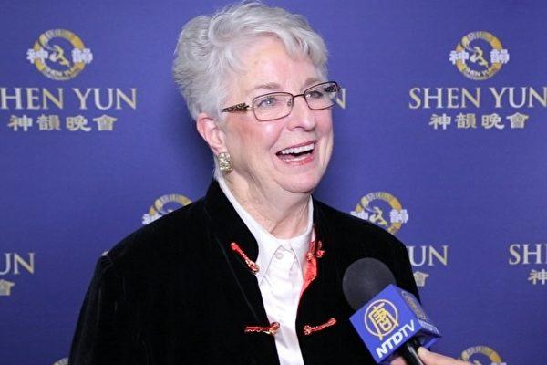 2月26日,非营利性机构总裁Cher Pannell看完神韵世界艺术团在加州贝克斯菲的罗伯班克剧院的首场演出后说神韵带来希望、愿景与美好。(新唐人)