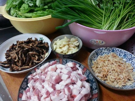 鹹湯圓在客家庄可是婆婆媽媽的「基本功」,準備材料大致有蒜頭、五花肉、香菇、蝦米、蔥、芹菜、香菜、茼蒿或韭菜,以及紅、白小湯圓。(邱夏雲提供)
