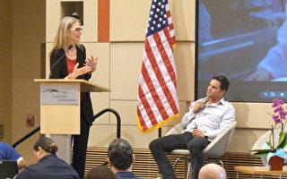 """影星瓦格纳(Lindsay Wagner, 左)和钱伯斯(Justin Chambers, 右)在洛杉矶举行的""""童年痛苦和创伤""""会议中透过播放影片,期望能为治疗方法注入新解。(张文刚/大纪元)"""