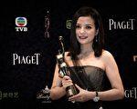 2015年4月19日,赵薇凭借《亲爱的》荣膺第34届香港电影金像奖最佳女主角奖。(PHILIPPE LOPEZ/AFP/Getty Images)