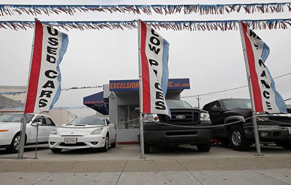 需要买二手车时,应该先熟悉一些行业规则,只有这样,才能达成比较公平的交易。图为美国一家卖二手车的车行。(Justin Sullivan/Getty Images)