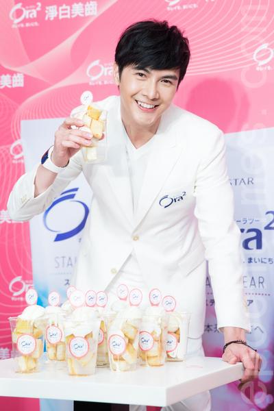 艺人谢佳见5月15日在台北出席一日店长活动,曾梦想当甜点师傅的谢佳见,现场示范做甜点。(陈柏州/大纪元)