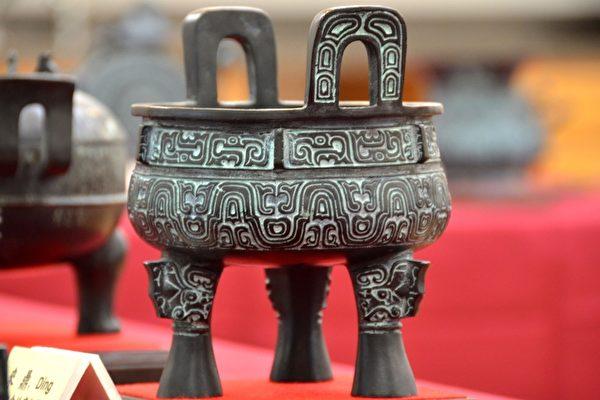 """展出的青铜器""""来鼎"""",食物烹饪器。(良克霖/大纪元)"""
