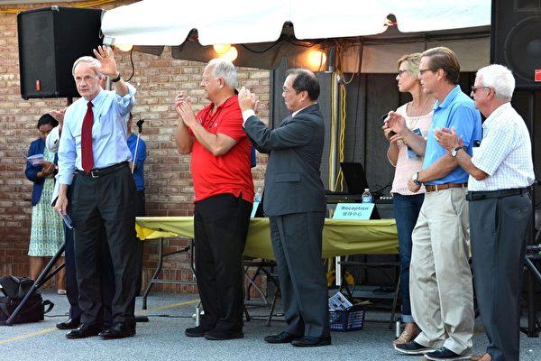 联邦参议员Tom Carper(左一)、纽卡索郡议会议员Robert Weiner(左二)、驻美台北经济文化代表处领务组组长吴文龄(左三)、德拉华州州众议员Michael Ramone(右二)和Joseph Miro(右一)在中国节开幕式上。(良克霖/大纪元)