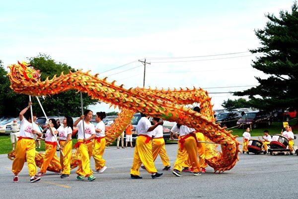 中国节开幕式上的舞龙表演。(良克霖/大纪元)
