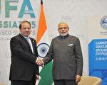 印度总理莫迪(右)10日接受巴基斯坦总理夏立夫(左)邀请,同意明年出席在巴基斯坦举行的区域峰会。(AFP)