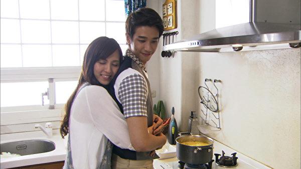 魏蔓與劉以豪在廚房甜蜜互動。(三立提供)