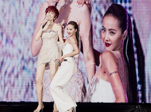 江蕙(左)特别选唱《舞女》和蔡依林玩个够。(宽宏艺术提供)