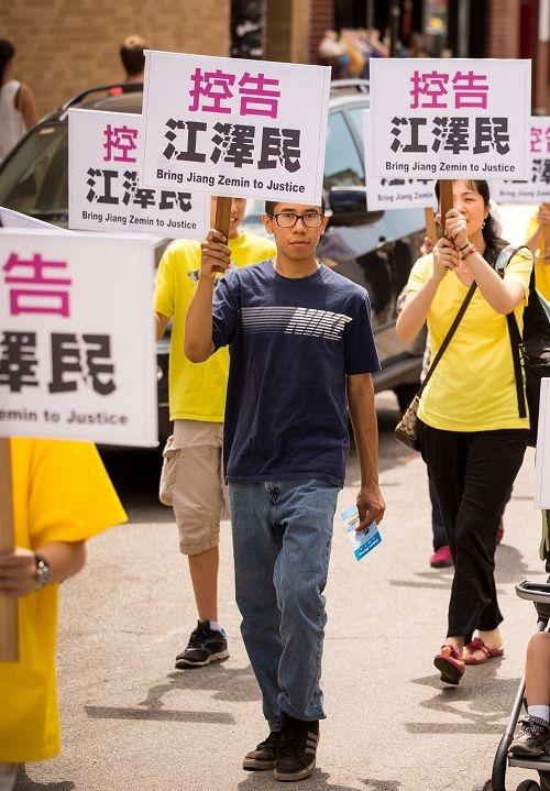 卡斯特羅參加二零一五年芝加哥中國城聲援訴江大遊行(明慧網)