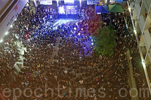 """港大副校长风波继续发酵,10月9日晚上,四千港大师生、校友及各界人士出席在港大中山广场举行的""""坚守院校自主,不容黑手介入""""集会。(潘在殊/大纪元)"""