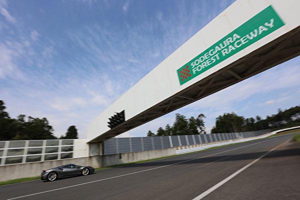 """近日,在日本千叶县的""""袖ヶ浦forest-raceway""""赛车场,法拉利专门为车主准备了体验代表法拉利赛车最高水品的488GTB超级跑车的试驾体验活动。车主们在赛道上可尽享法拉利488GTB跑车带了的速度和力量。(图片提供:法拉利日本)"""