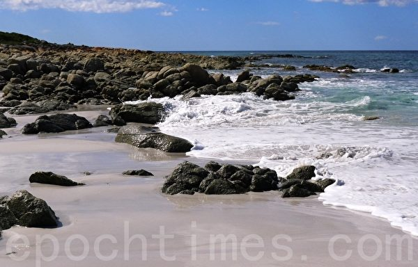 弗雷西特國家公園的友好海灘(Friendly Beach),一層層潔白的浪花沖刷著沙灘上的岩石。(華苜/大紀元)