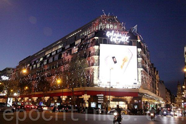 拉法耶特百货公司(Galeries Lafayette)夜景。(张妮/大纪元)
