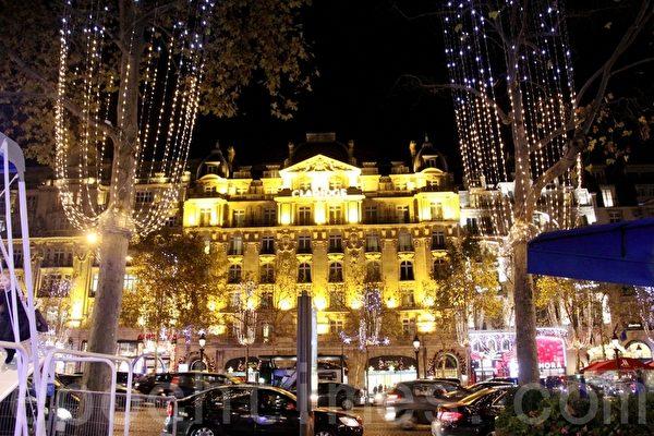 一栋栋古老的建筑,在美丽的圣诞饰灯照耀下,更加富丽堂皇。(张妮/大纪元)