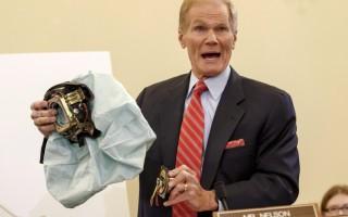 美國參議院議員Bill Nelson在聽證會上展示有問題的高田安全氣囊。(加通社)