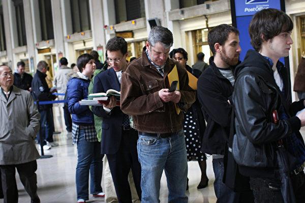 在纽约法利邮局等待投递税务报表的人群(图片来源:Gettyimages)