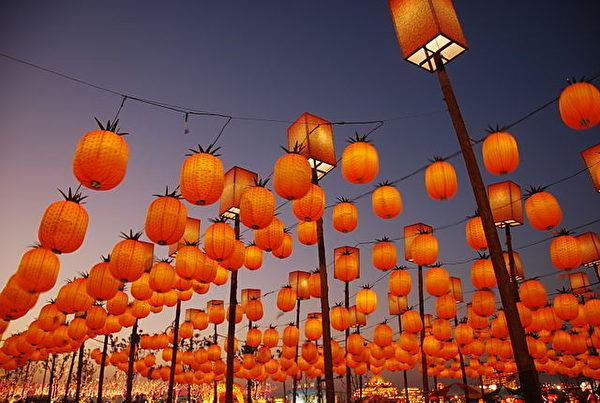 """正月十五上元佳节,各地会举办盛大的元宵庆典与灯会。图为台湾凤梨造型的""""鼓仔灯"""",台语音似""""旺来"""",而被视为吉祥物。(公共领域)"""