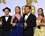 左起:第88届奥斯卡最佳男配角马克‧里朗斯、最佳女主角布丽‧拉尔森、最佳男主角莱昂纳多‧迪卡普里奥、最佳女配角奥莉维亚‧维坎德。(FREDERIC J. BROWN/AFP/Getty Images)