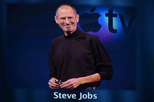 喬布斯是位傳奇人物,集創新與發明於一身,他是一名個性鮮明的魔法師,讓生硬的科技搖身一變成了一門精緻的藝術。(Kevin Winter/Getty Images)