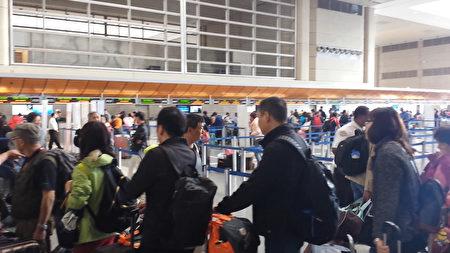 洛杉磯國際機場內每天有大量華人出入。圖為等待辦理登機手續的華人乘客。(曾錚/大紀元)