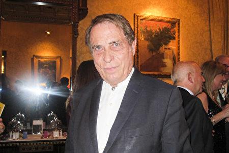 Yosep Saval先生观看了巴塞罗那3月17日的神韵演出。(麦蕾/大纪元)